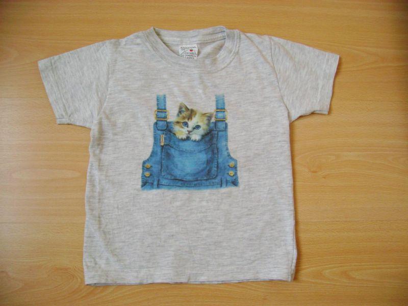 t-shirt gris avec un chat dans la poche de la salopette.jpg