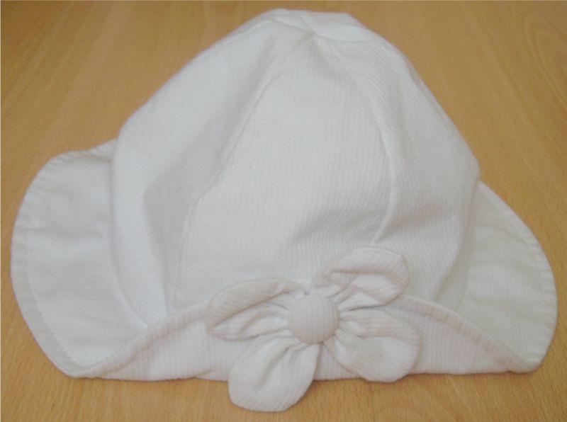 chapeau blanc avec une fleur.jpg. Joli chapeau blanc 8a384a11670