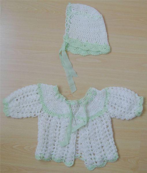 lot brassiere et bonnet en laine blanc et vert 1er âge.jpg