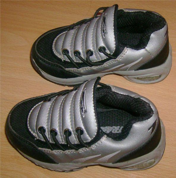 baskets grises et noires pointure 22.jpg