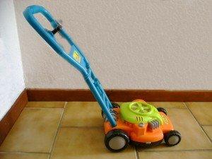 Jolie tondeuse à gazon enfant dans 1 an Tondeuse-a-gazon-300x225